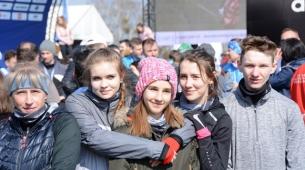 Trener Renata. Oliwia, Malwina, Oliwia i Piotrek w roli kibiców