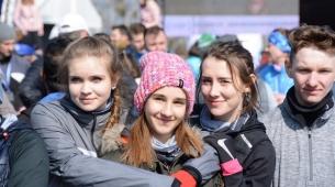 Oliwia, Malwina, Oliwia i Piotrek w roli kibiców