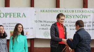 Oliwia odbiera nagrodę za 3 miejsce